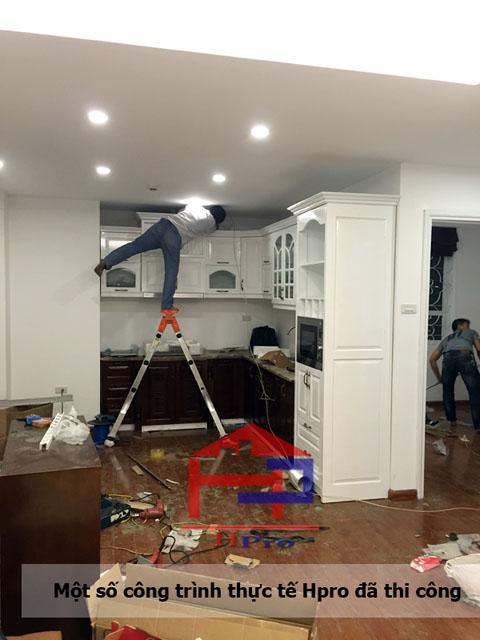 Hpro đang thi công tủ bếp gỗ xoan đào sơn trắng nhà anh Đạt