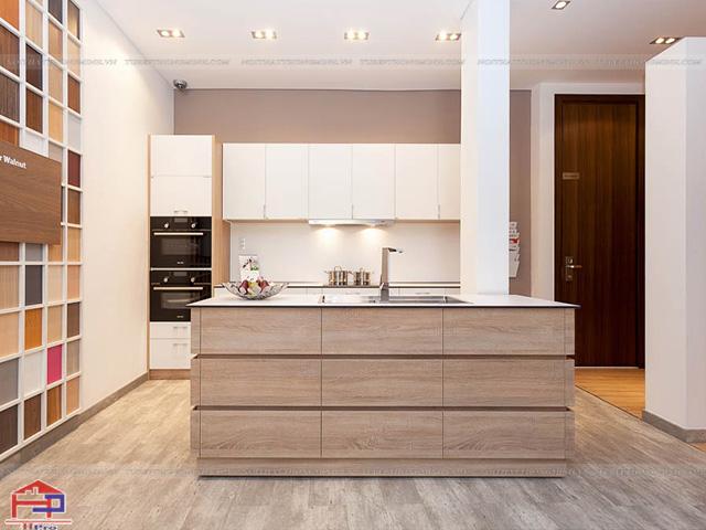 Mẫu tủ bếp laminate đẹp màu trắng kết hợp màu vân gỗ