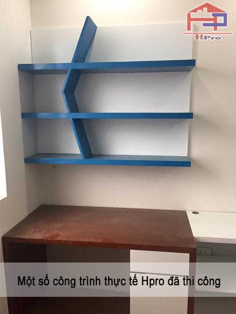 Giá sách được làm bằng chất liệu gỗ Acrylic bóng gương