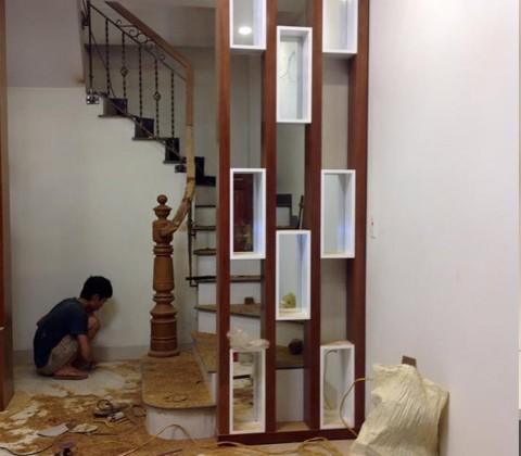 Vách ngăn bằng gỗ xoan đào nhà cô Thu