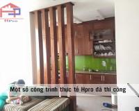 Ảnh tủ bếp gỗ xoan đào kết hợp vách ngăn nhà chị Vân sau khi thi công