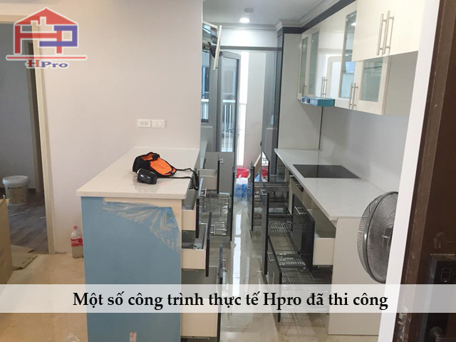 Hinh-anh-thuc-te-tu-bep-acrylic-bong-guong-nha-chu-Bay