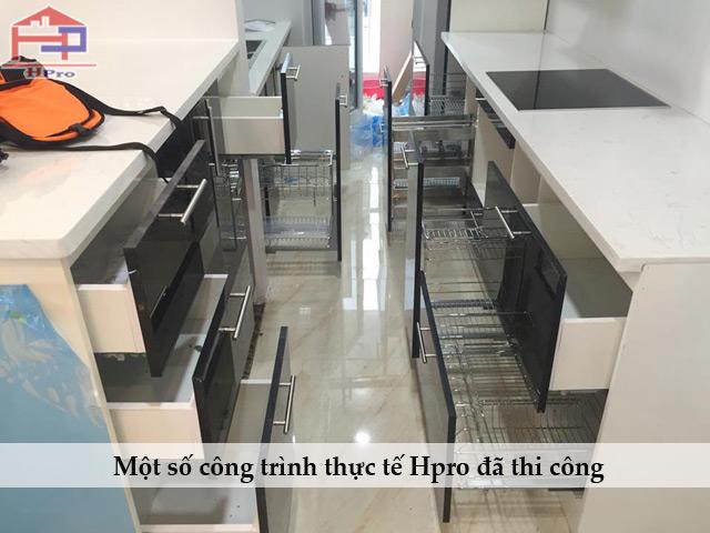 Cac-thiet-bi-bep-hien-dai-duoc-lap-dat-cho-bo-tu-bep-acrylic-an-cuong-cao-cap