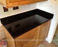 Mặt bàn bếp có nên làm bằng đá kim sa hạt trung bé?