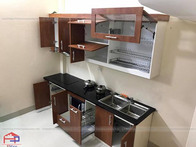 Bộ tủ bếp laminate nhà chị Vinh được lắp đặt những phụ kiện, thiết bị bếp nhập khẩu cao vấp mang đến một không gian nhà bếp tiện nghi, hiện đại cho gia đình