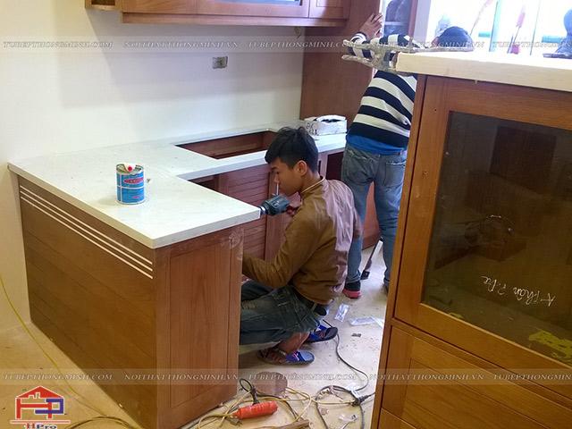 Những người thợ Hpro thi công lắp đặt tủ bếp gỗ sồi mỹ nhà anh Mạnh