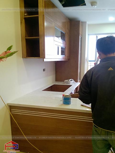Thợ thi công Hpro luôn tỉ mỉ, cẩn thận trong suốt quá trình thi công lắp đặt tủ bếp