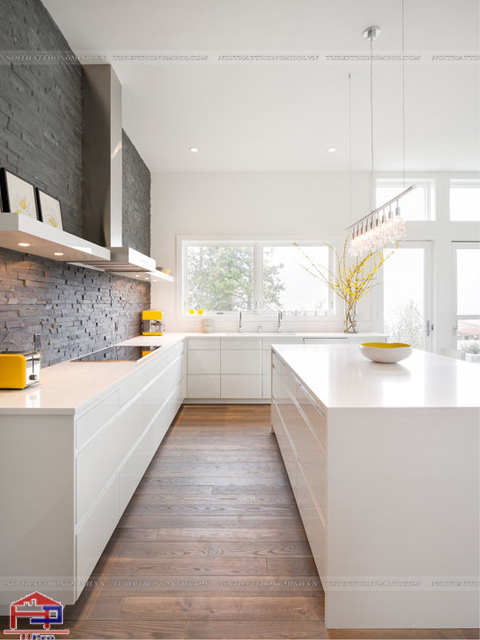Không gian nhà bếp được thiết kế mẫu tủ bếp dưới màu trắng giúp cho gian bếp trở nên cực kì thoáng đãng nhưng vân tiện nghi