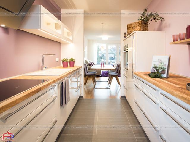 Không gian bếp nhà chung cư được thiết kế mẫu tủ bếp dưới theo kiểu dáng chữ I đặt đối xứng nhau cực kì tiện nghi
