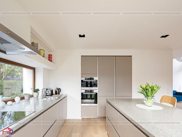 Mẫu tủ bếp dưới được thiết kế màu vân gỗ trang nhã và ấm cúng