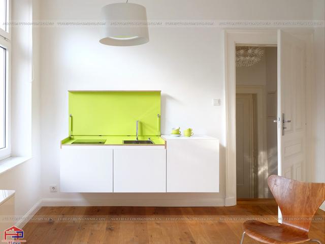 Không gian phòng bếp nhỏ được thiết kế mẫu tủ bếp dưới màu trắng kết hợp kính ốp tường bếp màu xanh non tươi mới