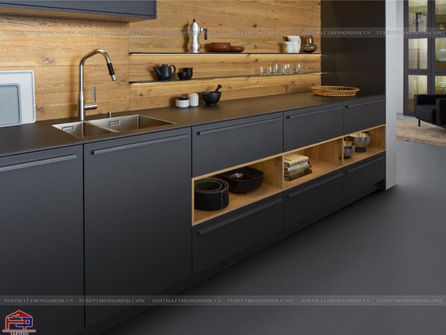 Mẫu tủ bếp dưới được thiết kế với hộc tủ âm và tủ bếp trên được thay bằng đợt gỗ tiện nghi có thể là nơi trưng bày đồ trang trí hay lưu trữ những lọ gia vị cần thiết khi nấu nướng