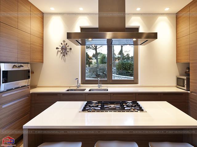 Không gian bếp nhỏ được thiết kế tủ bếp dưới và không có tủ bếp trên giúp không bị che đi cửa sổ thoáng đãng