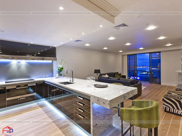 Không gian bếp nhà biệt thự cao cấp được thiết kế mẫu tủ bếp dưới kết hợp bàn đảo bếp màu đen- trắng cực kì ấn tượng
