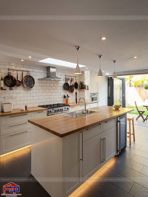 Mẫu tủ bếp dưới được thiết kế kèm bàn đảo bếp tiện nghi nhỏ gọn có thể tận dụng làm bàn ăn