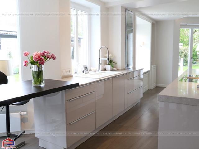 Mẫu tủ bếp dưới bằng chất liệu acrylic bóng gương màu trắng mang lại không gian nhà bếp cực kì hút mắt và hiện đại cho gia đình