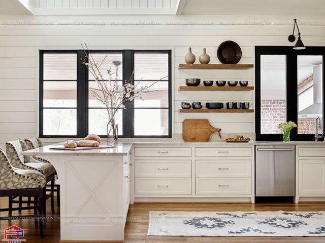 Mẫu tủ bếp dưới màu trắng và kệ nổi bằng gỗ thay thế cho tủ bếp trên để trưng bày những bộ sưu taaoj yêu thích