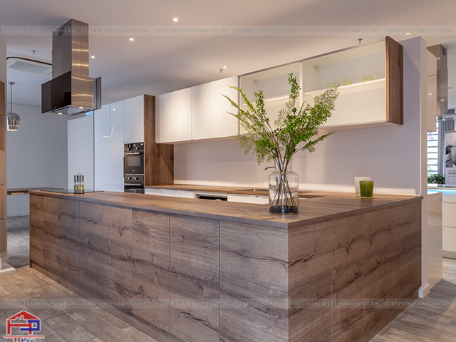 Mẫu tủ bếp gỗ công nghiệp đẹp laminate màu vân gỗ kết hợp trắng hiện đại, trẻ trung và ấm cúng