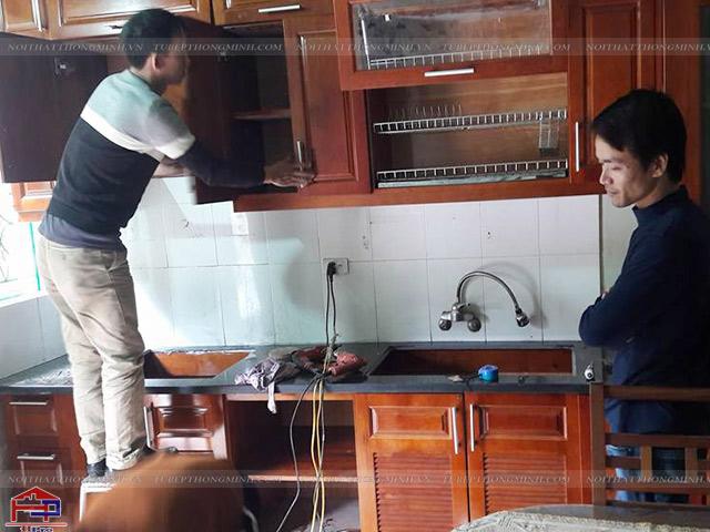 Thợ Hpro thi công lắp đặt tủ bếp gỗ xoan đào nhà anh Sơn với sự tỉ mỉ, cẩn thận