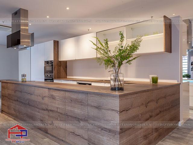 Bộ tủ bếp đẹp màu vân gỗ kết hợp màu trắng bằng chất liệu laminate An Cường được thiết kế theo phong cách Châu Âu cho gia đình một không gian nhà bếp tiện nghi và sang trọng