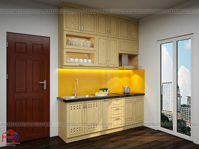 Bộ tủ bếp đẹp gỗ sồi nga tự nhiên được thiết kế dành riêng cho không gian bếp nhà chung cư nhỏ hẹp với kiểu dáng kịch trần tiết kiệm tối đa diện tích