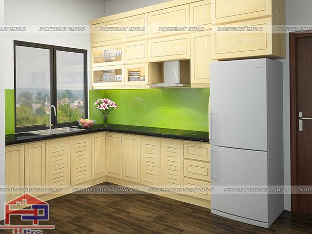 Bộ tủ bếp đẹp kiểu dáng chữ L bố trí gần cửa sổ thoáng đãng bằng gỗ sồi nga tự nhiên tạo nên một không gian nhà bếp hiện đại và thoáng đãng