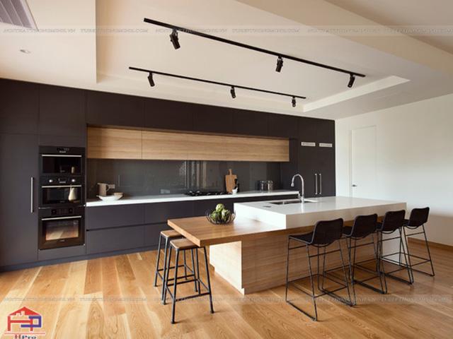 Bộ tủ bếp đẹp bằng gỗ laminate màu vân gỗ kết hợp màu ghi xám đậm được thiết kế theo phong cách Châu Âu dành riêng cho không gian bếp nhà biệt thự