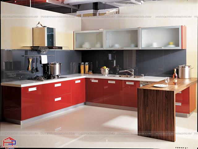 Gian bếp trẻ trung, ấn tượng hơn với mẫu tủ bếp nhôm kính đẹp sơn tĩnh điện màu đỏ kết hợp bàn đảo tiện dụng