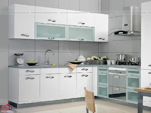 Các mẫu tủ bếp nhôm kính đẹp màu trắng tinh tế cho một không gian nhà bếp hiện đại và thoáng đãng