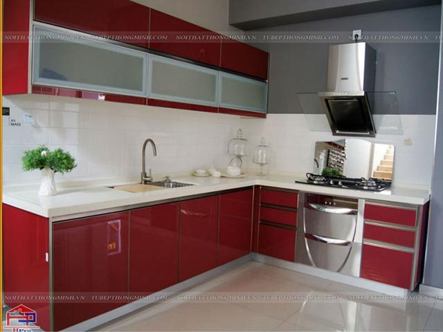 Mẫu tủ bếp nhôm kính đẹp màu đỏ sang trọng được thiết kế cho phòng bếp nhà ống cực kì tiện nghi và ấn tượng
