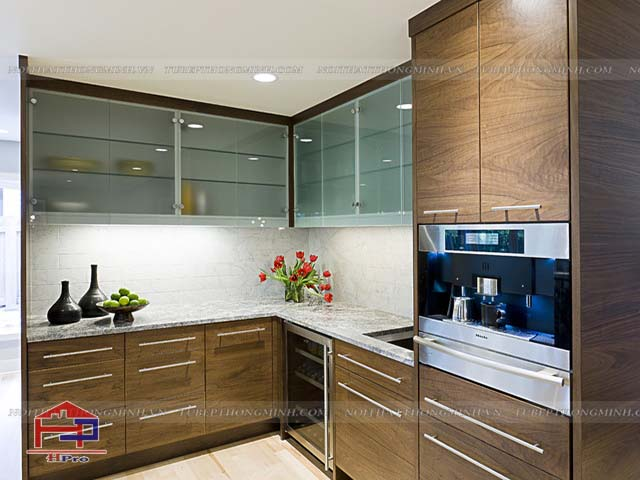 Các mẫu tủ bếp nhôm kính đẹp với màu sắc vân gỗ sang trọng cùng cách bố trí công năng tối đa mang đến cho gia đình sự tiện nghi cao nhất