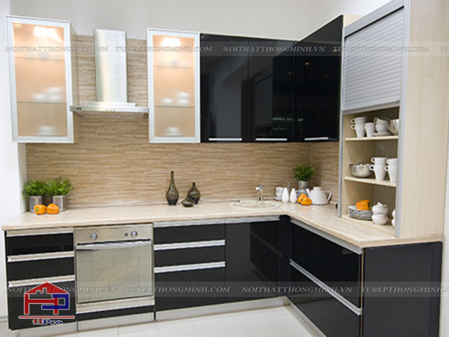 Các mẫu tủ bếp nhôm kính đẹp được thiết kế theo xu hướng mới nhất với tone màu đen- trắng ấn tượng cho một không gian bếp Không lỗi mốt