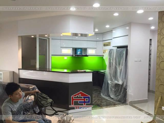 Hình ảnh thực tế bộ tủ bếp acrylic nhà chị Hương ngay khi vừa thi công lắp đặt