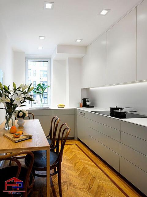 Mẫu thiết kế nhà bếp nhỏ hẹp với tủ bếp tone màu trắng chủ đạo tinh tế giúp gian bếp rộng rãi hơn