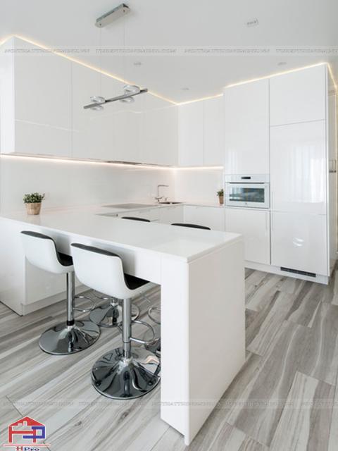 Mẫu thiết kế nhà bếp nhỏ hẹp lấy tone màu trắng làm màu sắc chủ đạo giúp không gian thêm phần thoáng đãng, rộng rãi