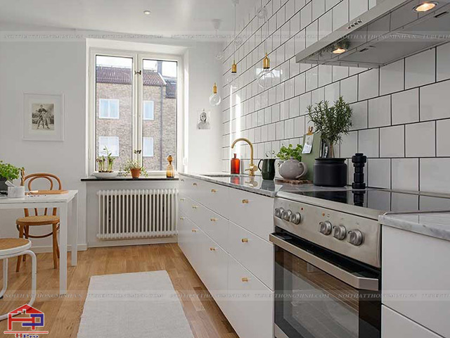Mẫu thiết kế nhà bếp nhỏ hẹp với tủ bếp bố trí dọc theo tường bếp kết hợp với gạch ốp tường bếp màu trắng tinh tế