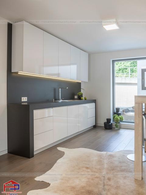 Mẫu thiết kế nhà bếp nhỏ với tủ bếp tone màu trắng chủ đạo bằng chất liệu acrylic bóng gương cao cấp