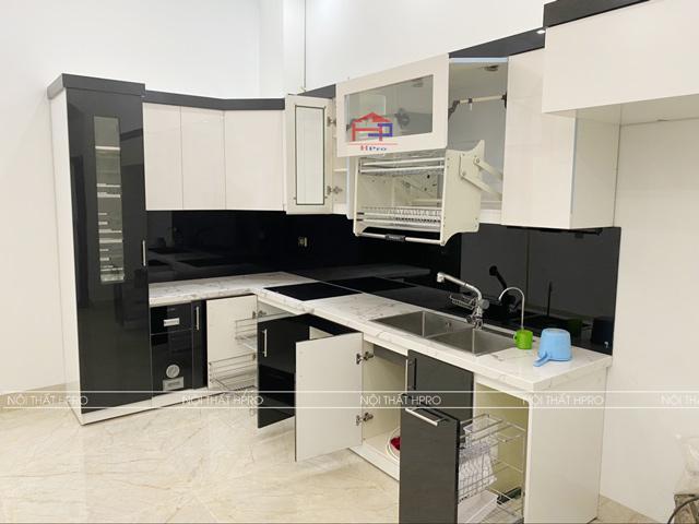 Không gian nhà bếp chung cư có diện tích nhỏ hẹp được tận dụng tối đa với mẫu tủ bếp đẹp gỗ sồi nga tự nhiên