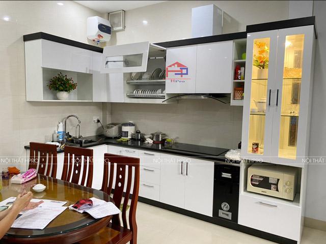 Mẫu tủ bếp đẹp bằng gỗ sồi nga tự nhiên màu vàng sáng trẻ trung với thiết kế có quầy bar bếp cực kì tiện nghi