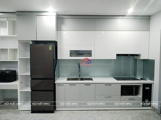 Phòng bếp nhà ống với hạn chế về chiều ngang đã được tận dụng một cách triệt để cho mẫu tủ bếp đẹp chữ L