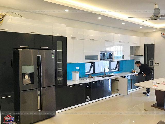 Mẫu tủ bếp được bố trí đầy đủ những phụ kiện, thiết bị bếp tiện nghi mang đến cho gia đình sự thuận tiện cao nhất trong quá trình sử dụng