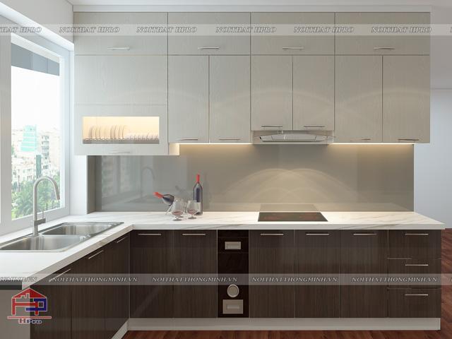 Mẫu tủ bếp đẹp gỗ laminate màu vân gỗ với sự kết hợp giữa tủ bếp dưới màu đậm và tủ bếp trên màu nhạt tạo nên tính thẩm mỹ cực cao cho không gian bếp