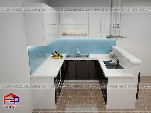 Bộ tủ bếp kết hợp gỗ laminate màu vân gỗ và gỗ acrylic bóng gương màu trắng tạo nên một không gian bếp trẻ trung, thoáng đãng
