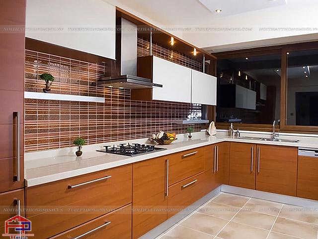 Tủ bếp inox đẹp với mặt cánh bằng gỗ laminate màu cam kết hợp màu trắng tạo nên sự kết hợp hoàn hảo trong gian bếp