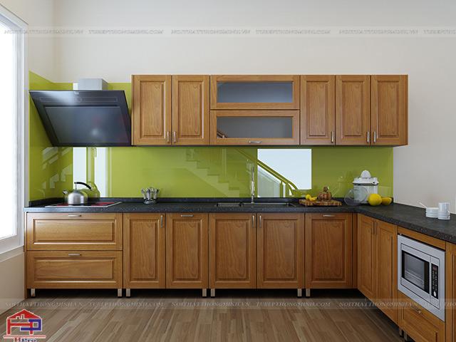 Không gian bếp nhà lô phố được thiết kế mẫu tủ bếp inox đẹp kiểu dáng chữ L với màu vàng sáng của gỗ sồi nga
