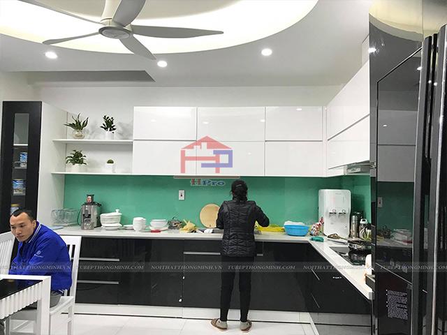 Hình ảnh tủ bếp được lắp kính ốp bếp cường lực