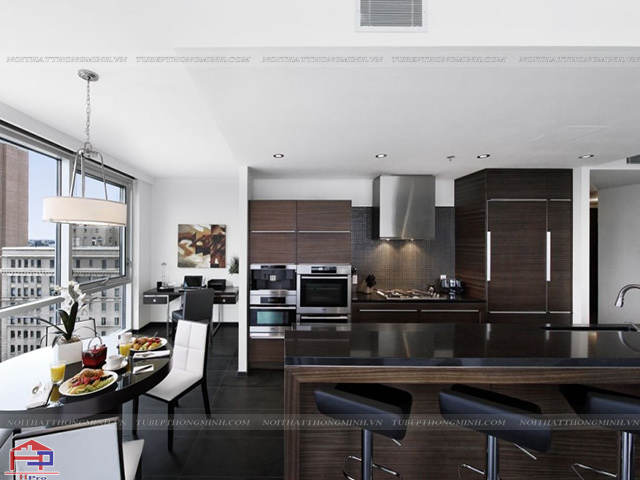 Không gian phòng bếp đẹp được thiết kế liên thông với phòng khách, sử dụng gam màu nâu sậm chủ đạo sang trọng
