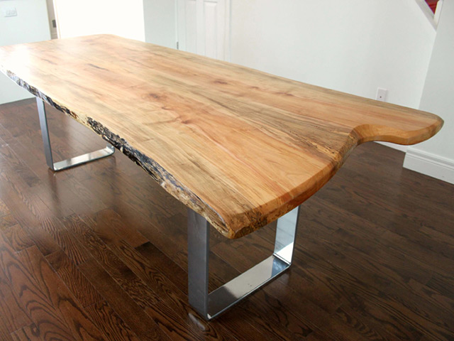 Bàn ăn bầng gỗ lát chun được sử dụng tấm gỗ kích thước lớn và chỉ đánh vecni