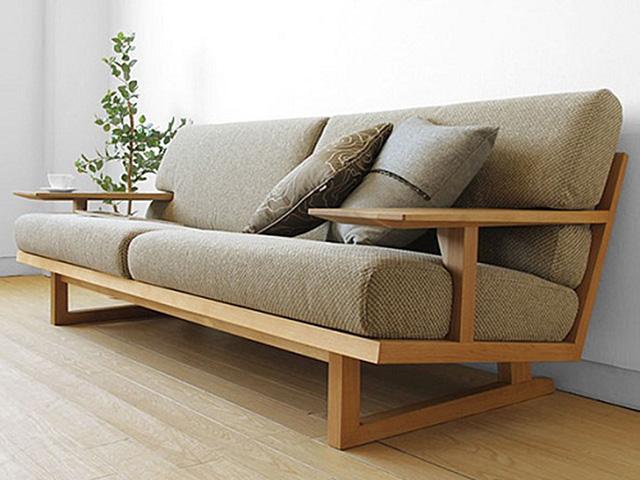 Ghế sofa phòng khách được làm bằng khung gỗ lát chun thiết kế đơn giản nhưng lại cực kì chắc chắn, độ bền cao