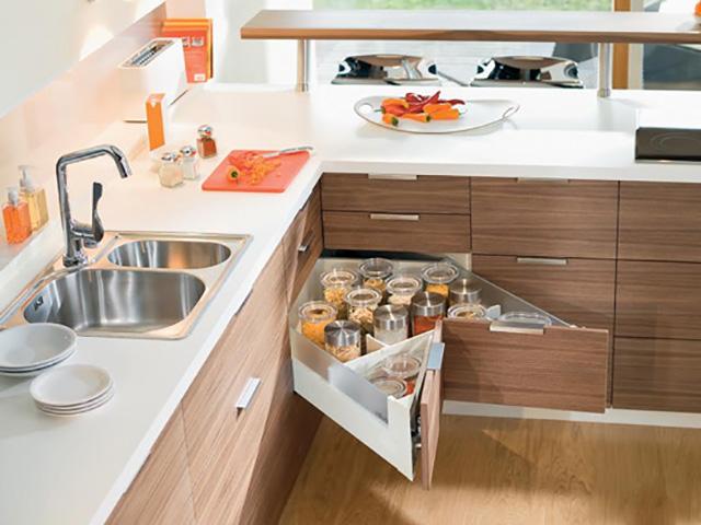 Mẫu tủ đựng đồ trong bếp được thiết kế dạng ngăn kéo thông minh ấn tượng
